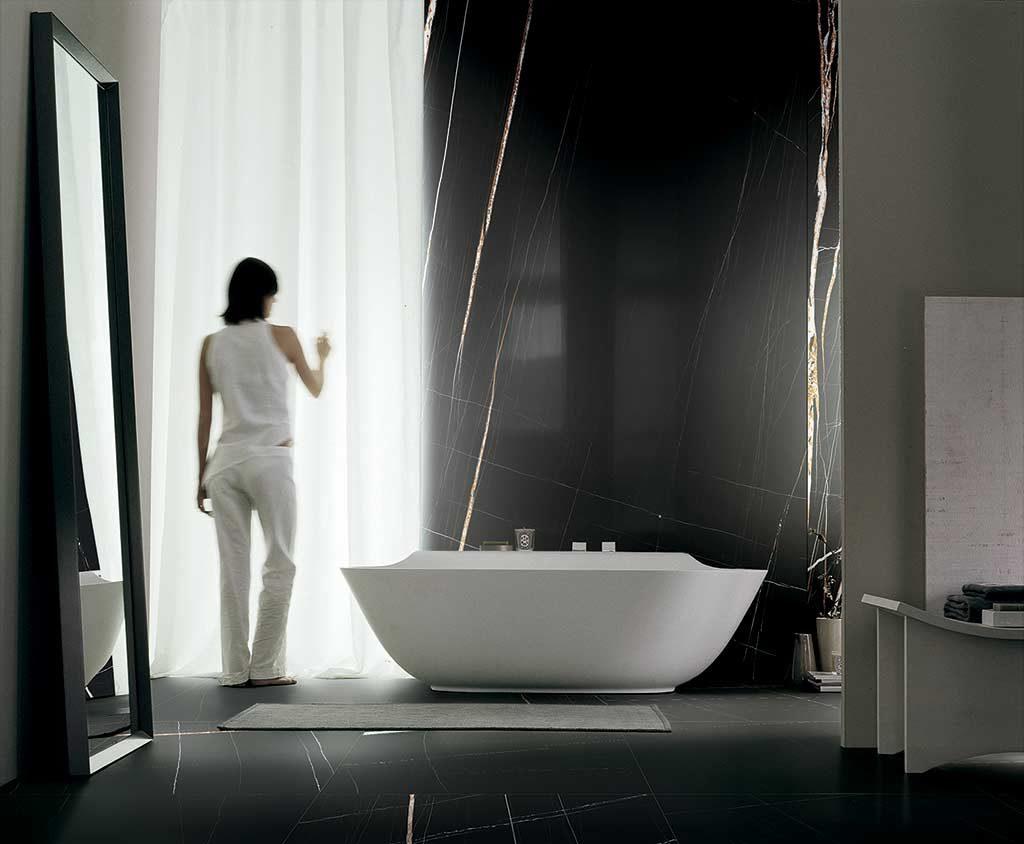 Realizzare un bagno scuro o perfino total black con gli elementi giusti.